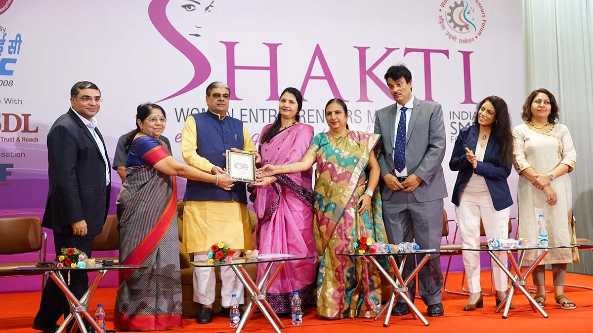 Winner of the title 'Emerging Women Entrepreneurs' Smt Meena Kaviya, Proprietor, Ayma Creations receiving her trophy