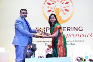 Felicitation of Smt. Darshana Jambhale, Anchor by Shri Vinod Kumar, President India SME Forum